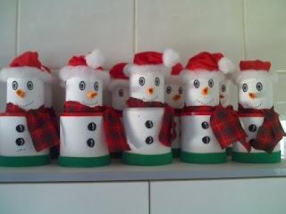 Boneco de neve feito de copo de isopor ou de rolos