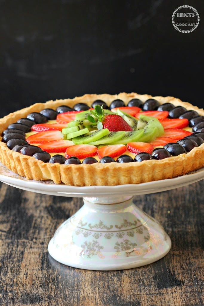 Tart filled with custard and fruits