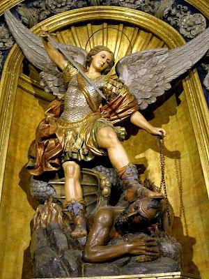 Estatua de San Miguel Arcángel de la Basílica de La Merced en Barcelona España