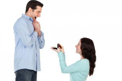 فى بريطانيا....النساء اصبحت تطلب يد الرجال - امرأة تطلب يد رجل - marriage-proposal - woman propose