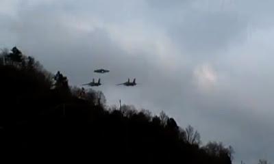 ovni escoltado por 2 aviones militares