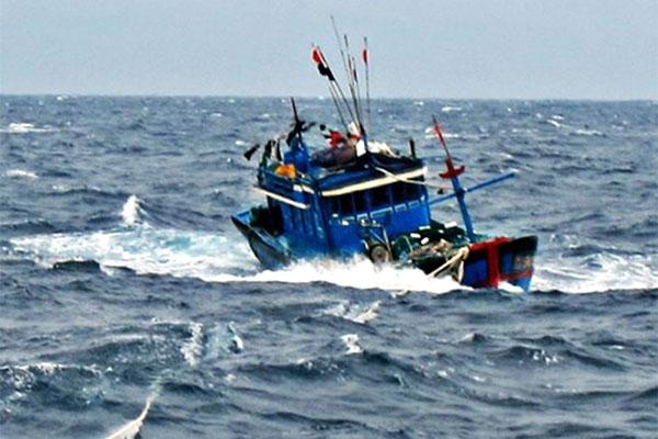 Cứu sống ngư dân bị sóng đánh chìm, trôi dạt 40 km