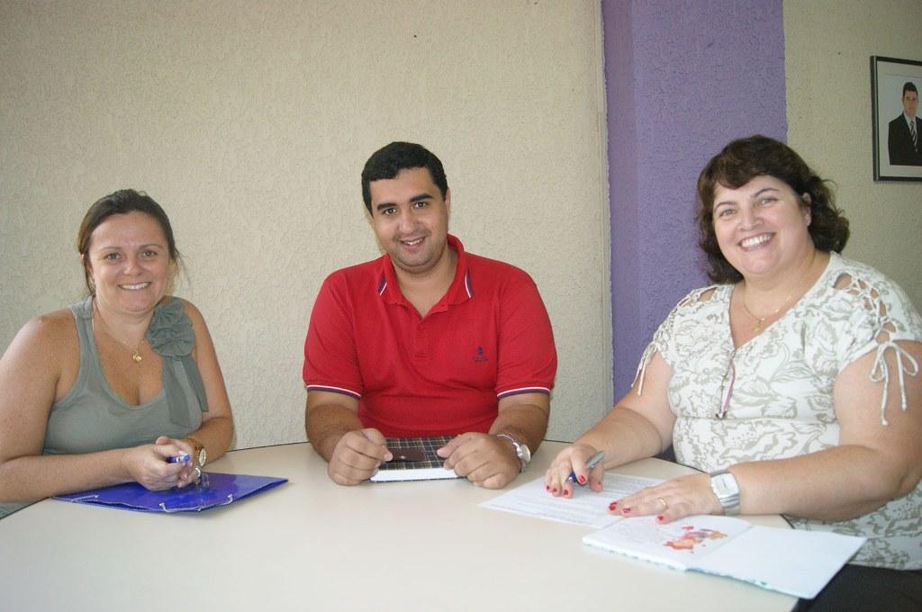 O Secretário Leonardo Vasconcellos e as diretoras Carla Rabello e Carmem Guarilha comemoram verbas federais para as escolas