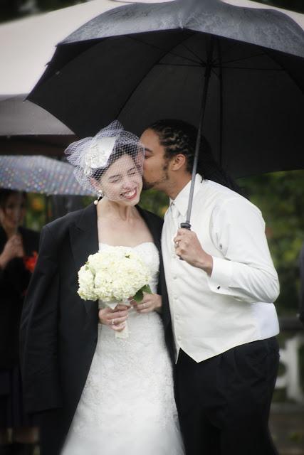 Свадебное фото: счастливы, не замечая дождя