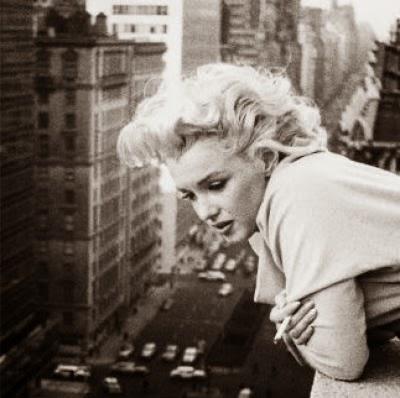 photgraphie très connue de marilyn monroe se pendant au balcon a new york sur la rue, cheveux dans le vent