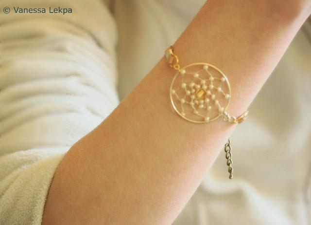 bracelet attrape rêves doré couleur or tissé de perles ivoire nacrées vanessa Lekpa , bracelet en cuir fauve naturel