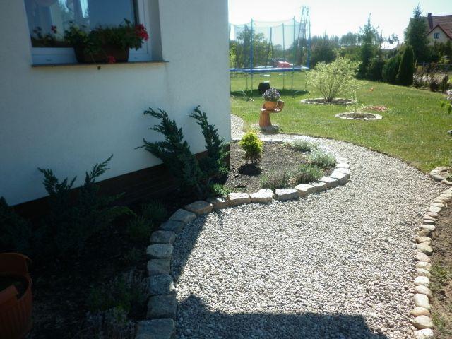 Ścieżki ogrodowe wysypane korą lub żwirem