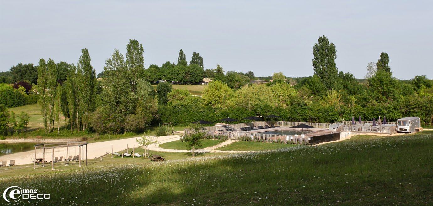 Piscine et lac du Camping Les Ormes à Saint-Étienne-de-Villeréal
