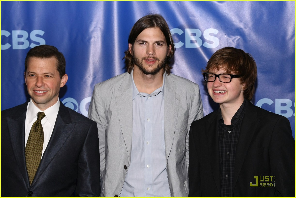 http://4.bp.blogspot.com/-OvvxXXBGpeE/TjqVmpJw6eI/AAAAAAAAAiA/Msn1YKM9tIA/s1600/ashton-kutcher-two-and-a-half-men-new-cast-06.jpg