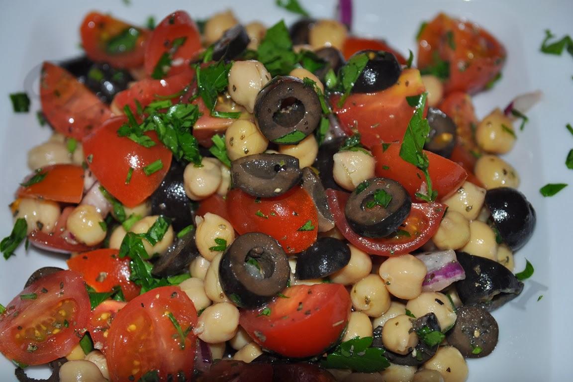Sałatka z ciecierzycy, oliwek i pomidorków koktajlowych