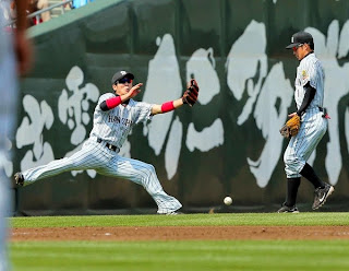 3回広島無死一、三塁、広島 ネイト・シアーホルツの飛球を捕り損ねる阪神・西岡 剛(左)=マツダスタジアム(撮影・出月俊成)