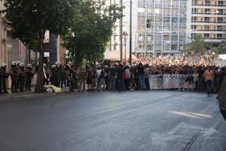 Manifestantes bloqueados na rua Panepistimiou [fonte: Global Voices Online]