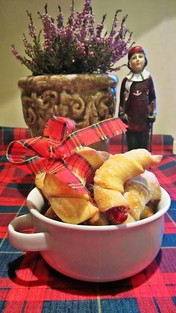 http://mniami-mniam.blogspot.com/2013/12/kruche-rogaliki.html