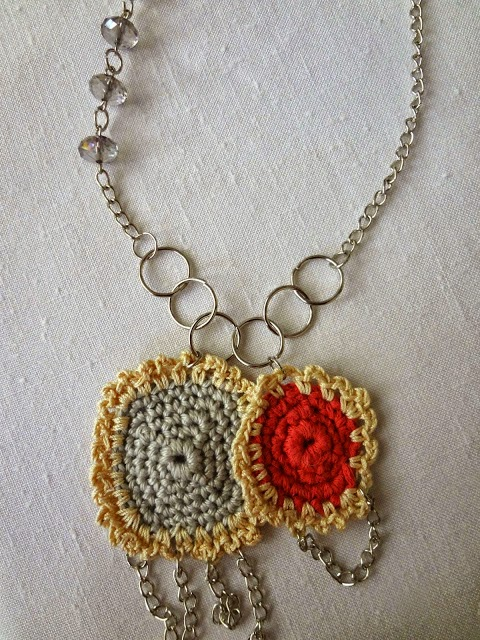 http://thelittletreasures.blogspot.com/2014/11/granny-square-necklace-free-tutorial.html