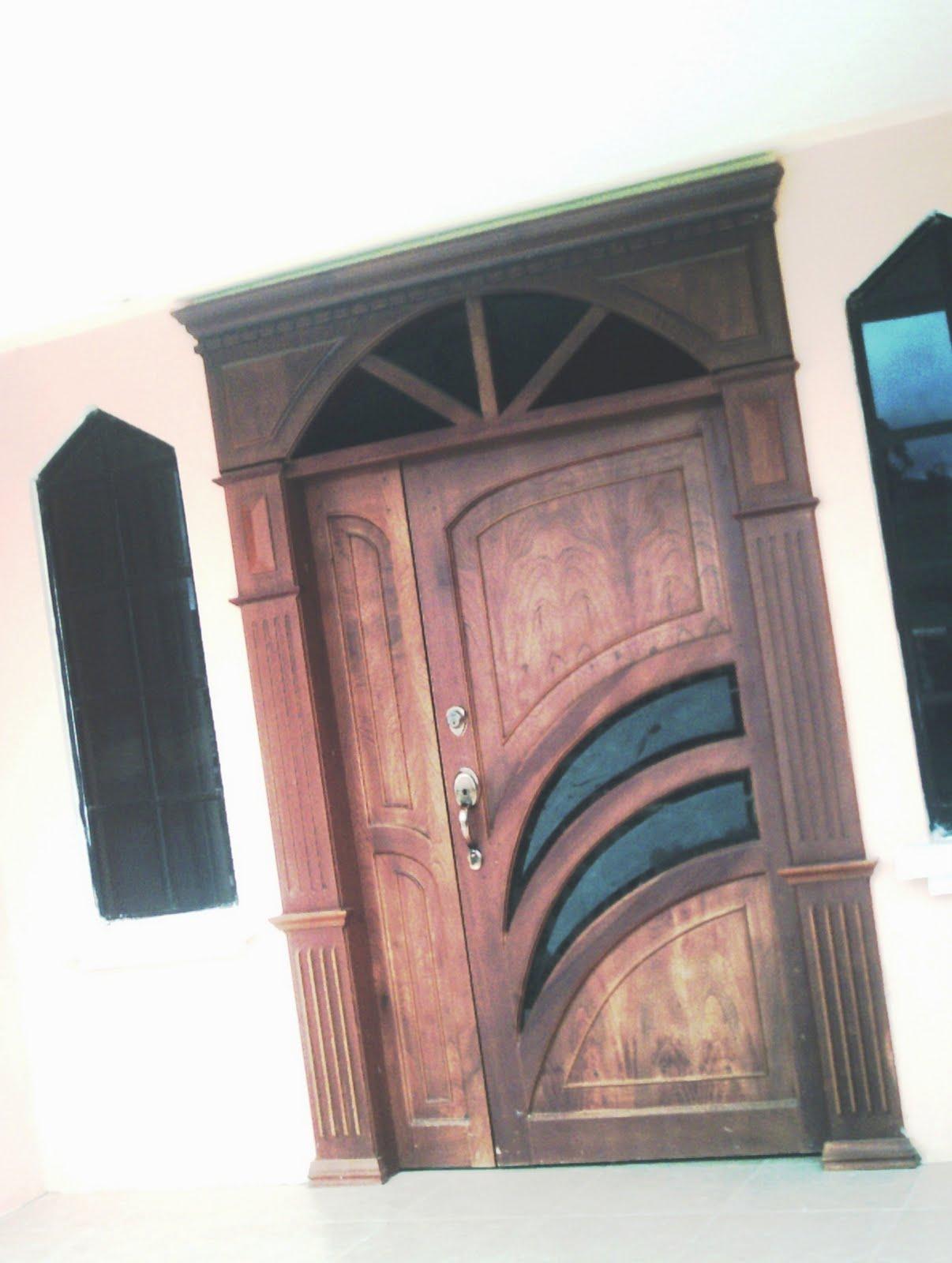 Ideatumobiliario puertas interiores y exteriores para su for Madera para puertas exteriores