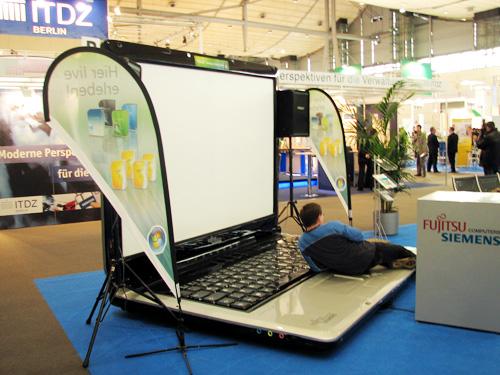 http://4.bp.blogspot.com/-Ox8PNaBgDc4/UMmaqtLXB5I/AAAAAAAAAkQ/g6WIXsuRj4w/s1600/worlds-biggest-laptop-02.jpg