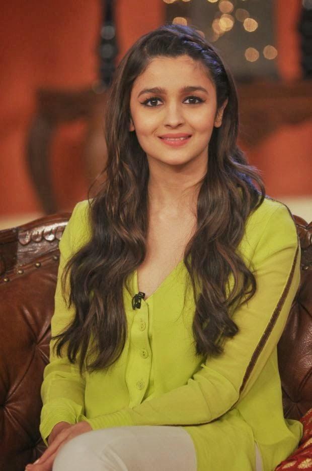 Humpty sharma ki Dulhania Fame Alia Bhatt Hot and Spicy Wallpaper from Comedy night with Kapil