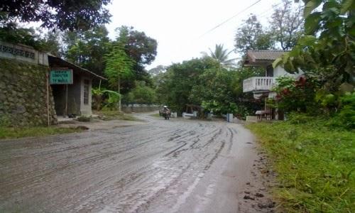 hujan turun mengurangi debu abu vulkanik
