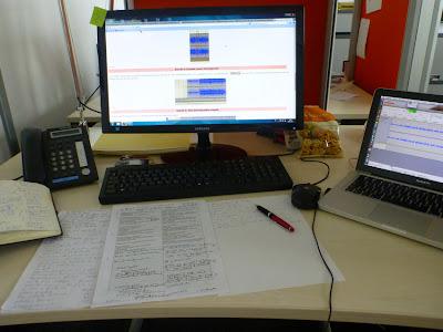 Großer Monitor mit dem Bedienungsanleitung, kleiner Monitor mit Tonkurven, Vokabelzettel und Notizbuch