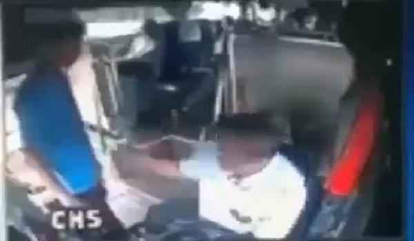 Δείτε πως αντέδρασε Ιταλός οδηγός λεωφορείου όταν του έριξε μπουνιές ένας λαθρομετανάστης.(Βίντεο)