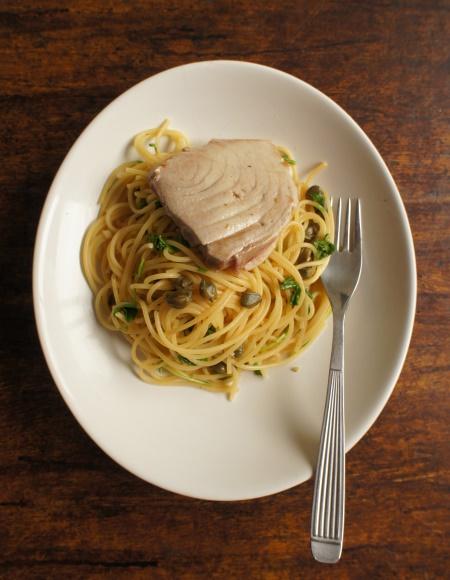 espaguete com atum e rúcula