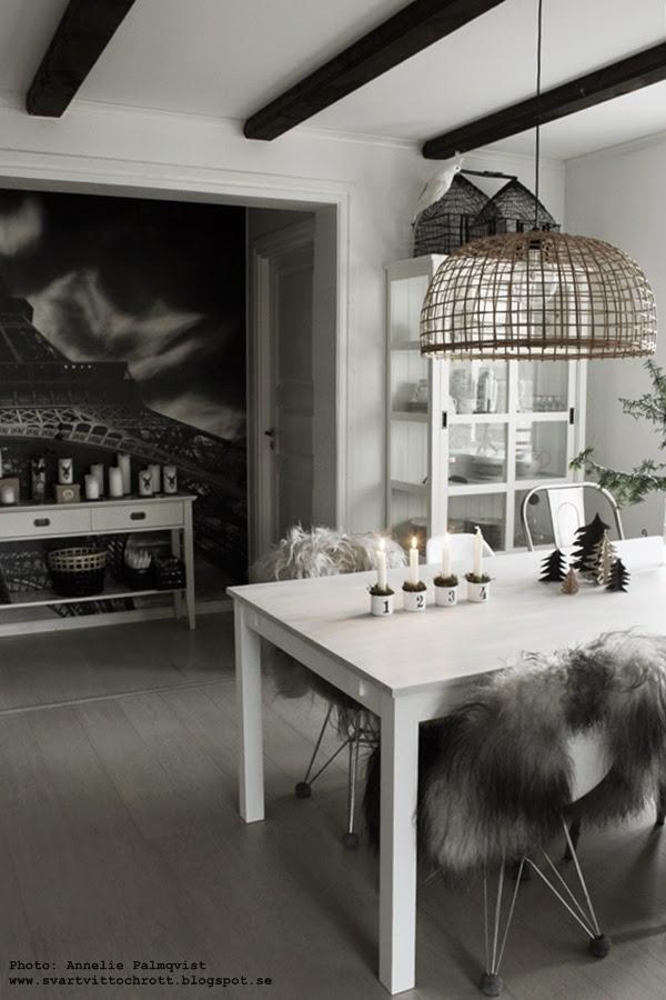 köksbord, kök, köket, kökets, matstol, matstolar, fårskinn, isländskt långhårigt fårskinn, vitrinskåp, vitt, svart och vitt, svartvita, svarta och vita, vit parkett, kökslampa, advent, jul, julen 2014,