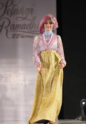 Nuri Maulida dengan baju kombinasi kain tie dye dengan rok warna ...