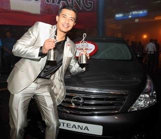 Aaron Aziz yang baru saja dinobatkan sebagai Bintang Paling Popular di Anugerah Bintang Popular Berita Harian 2011 (ABPBH 2011) malam tadi, bersama kereta Nissan Teana.