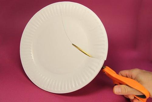 cojemos otro plato de plstico y ah dibujamos con una tijera las cortamos