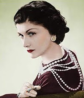 Coco Chanel luciendo collar y pendientes de perlas. Coco Chanel wearing necklace and pearl earrings
