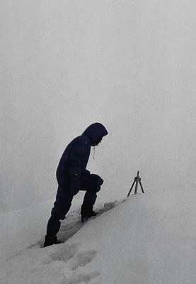 Reinhold Messner en la cima del Everest junto al trípode chino