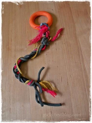 Selbstgebasteltes Hunde/Welpenspielzeug - Ring mit Bändern