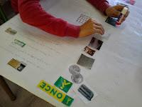 el cartel ya tiene varios elementos y se puede ver el logo de la ONCE