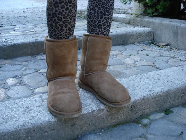 ugg, ugg beje, Leggings maculati, fashion blogger roma, fashion blogger, sciarpa rossa, ugg short, leopard leggings, alessia agosta design