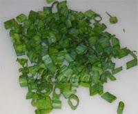 мелко нарезанным зеленым луком;