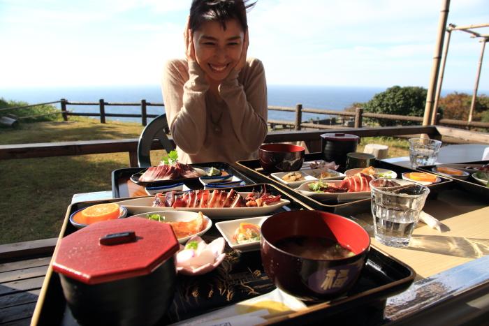 能登半島(石川県)珠洲のつばき茶屋.お薦めはでまかせ定食. tsubaki cafe in suzu. its recommended menu is demakase teishoku. it is located in suzu city on noto peninsula, ishikawa prefecture, japan.