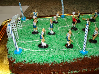 ... de comer bolos de aniversário com rosas e/ou relva decorativa