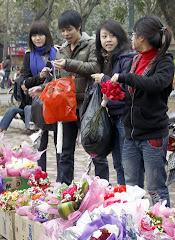 Estudiantes vendiendo flores para San Valentin