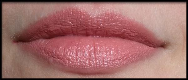Neve Cosmetics - Pastello Labbra Miele Rose Swatch su labbra