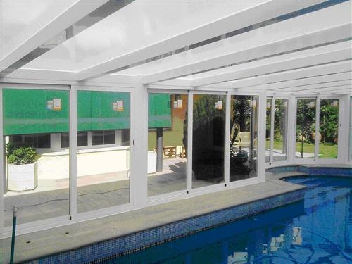Cubierta integrada en vivienda de madrid con techo fijo y for Cubiertas para piscinas madrid