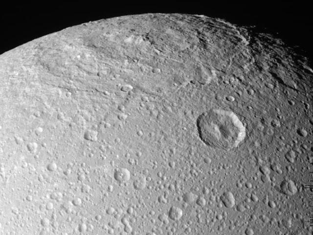 Detalhes da superfície da Lua Dione