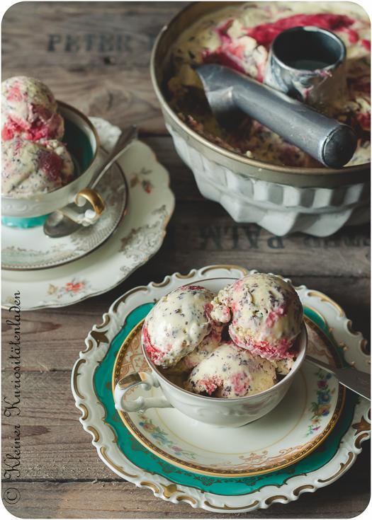 Stracciatellaeis mit Erdbeer-Rhabarber-Swirl