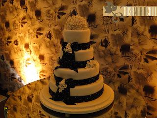 bolo, mesa bolo espelhada, parede forrada com tecido, decoração preta, branca e cinza