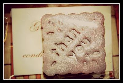 biscotto in pasta frolla ricoperto di cioccolato plastico