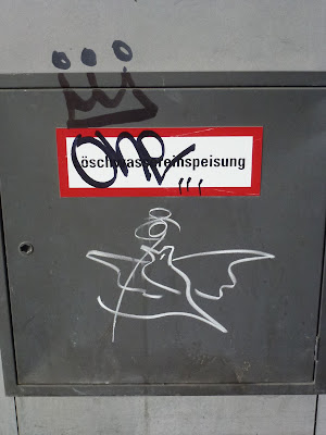 one - mit Krone und Taube, Streetart, Graffiti, Tagging