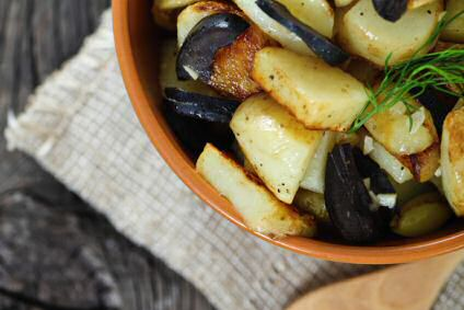 Griekse aardappelsalade met feta kaas, vinaigrette, zwarte olijven, peterselie, dille en lente-uitjes