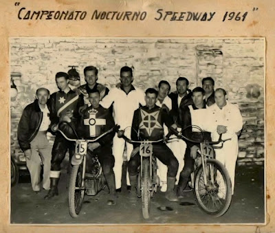 Os Macinskas - os dois mais altos ao centro - estão envolvidos com o motociclismo esportivo na Argentina há mais de meio século.
