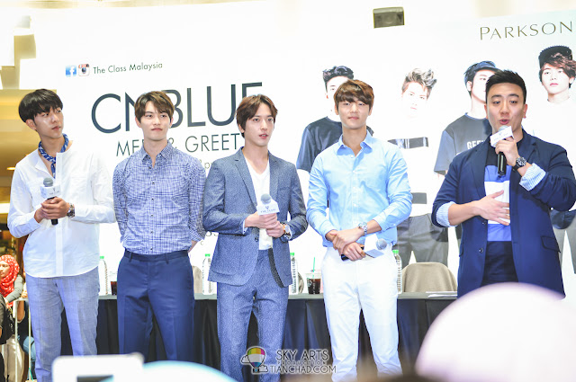 More photos of CNBLUE members below. Tony was the translator on the right *also good looking yo*