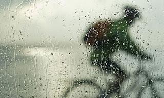 Rodando la bici bajo la lluvia