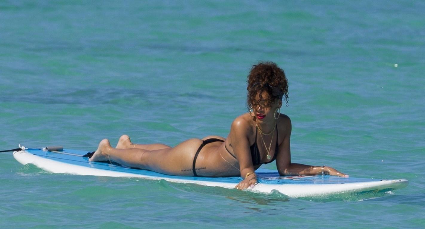 http://4.bp.blogspot.com/-P72WZS9UUOs/T5in8zAO5cI/AAAAAAAACVI/algmBoQJAKE/s1600/Rihanna%2BWear%2BThong%2Bin%2BHawaii11%2Bnnc.jpg